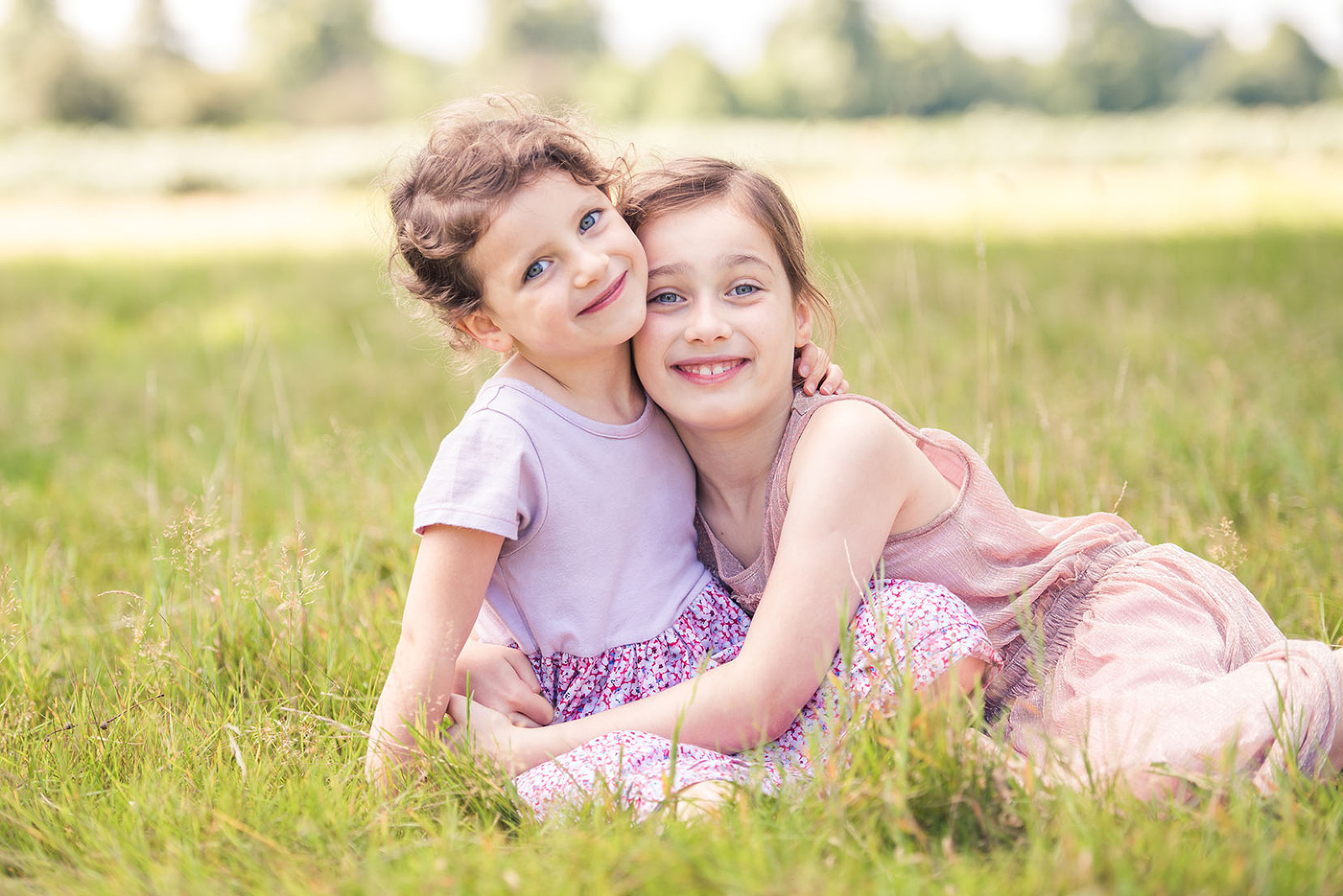 Sisters cuddle on family photo shoot Richmond